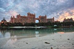 多云日落在亚特兰提斯旅馆,天堂海岛,巴哈马 免版税图库摄影