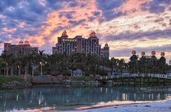 多云日落在亚特兰提斯旅馆,天堂海岛,巴哈马 库存图片