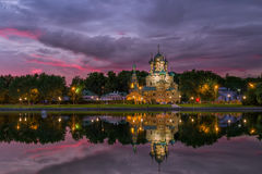 多云晚上在三位一体教会的莫斯科在奥斯坦基诺 免版税图库摄影