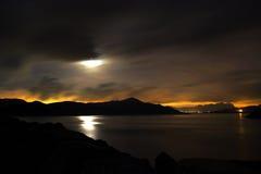 多云月亮晚上池塘 免版税库存照片