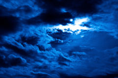 多云每夜的天空 免版税库存照片
