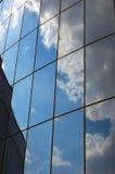 多云玻璃反映天空墙壁 免版税图库摄影