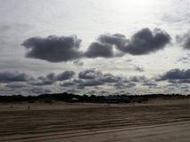多云的海滩 免版税库存图片