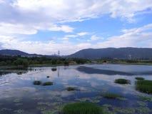 多云的湖和的天空 库存照片