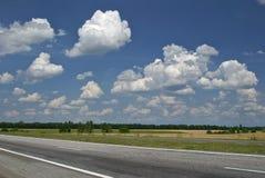 多云空的路天空 免版税图库摄影