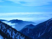 多云蓝色山顶视图 免版税库存图片