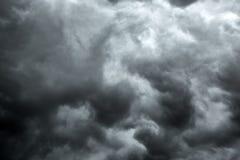 多云风雨如磐的黑白剧烈的天空 免版税图库摄影