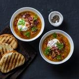 多五谷和蔬菜汤用烤乳酪三明治和酥脆烟肉在黑暗的背景,顶视图 可口舒适 免版税图库摄影