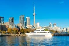 多伦多与加拿大国家电视塔的` s地平线在安大略湖 库存照片