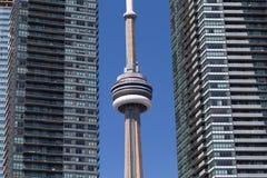 多伦多加拿大国家电视塔和公寓房 免版税库存图片