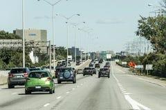 多伦多加拿大09 09 2017在建筑地区主要公路的交通在多伦多加拿大附近 图库摄影