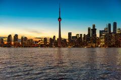 多伦多在日落,安大略,加拿大的市地平线 免版税库存图片