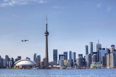 多伦多地平线和航空器在美好的天 免版税库存照片