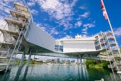 多伦多安大略地方亚特兰提斯时髦的建筑结构好的看法站立在与游艇和小船的湖水中的在背景中 免版税图库摄影