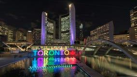 多伦多市政厅和五颜六色的多伦多标志 图库摄影