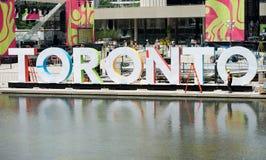 多伦多有信件的多伦多在一个喷泉的城市广场和反射在2015年7月7日 免版税库存照片