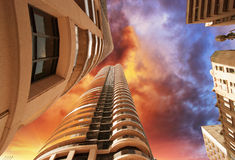 多伦多现代大厦和摩天大楼美妙的向上视图  免版税图库摄影