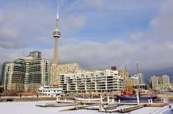 多伦多的结冰的小游艇船坞在冬天有加拿大国家电视塔看法  库存图片