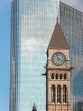 多伦多老市政厅在一块现代天空刮板前面的 库存图片
