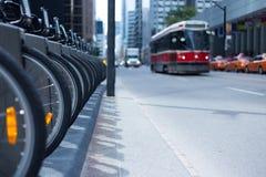 多伦多路面电车和出租汽车在拥挤的街上骑自行车出租驻地p 库存照片