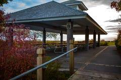 多伦多,加拿大- 2018年10月25日:散步公园和小游艇船坞日落的,多伦多,加拿大 免版税库存图片