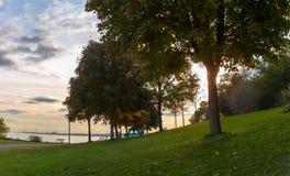 多伦多,加拿大- 2018年10月25日:散步公园和小游艇船坞日落的,多伦多,加拿大 图库摄影