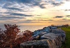 多伦多,加拿大- 2018年10月25日:散步公园和小游艇船坞日落的,多伦多,加拿大 库存照片