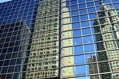 多伦多,加拿大- 1月8 2012年:反射在玻璃门面的摩天大楼和无云的天空蔚蓝 图库摄影