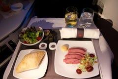 多伦多,加拿大- 2017年1月28日, :加航业务分类航空餐,与熏制的安大略鸭胸脯的晚餐 免版税图库摄影