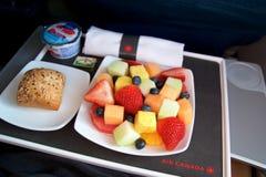 多伦多,加拿大- 2017年1月27日, :加航业务分类航空餐,早餐用新鲜的cutted果子,咖啡 库存图片