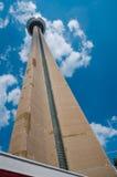 多伦多,加拿大- 2013年7月17日:加拿大国家电视塔上升由在晴朗,夏日的明亮的蓝天决定 库存照片