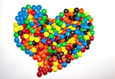 多伦多,加拿大- 2017年3月10日:心形的堆五颜六色的上漆的巧克力M&M 库存照片