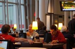 多伦多,加拿大- 2014-11-24 :人们有休息在飞行前在咖啡馆在多伦多皮尔逊机场 免版税库存图片