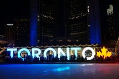 多伦多,加拿大- 2018-01-01 :在多伦多前面的人们签字与圣诞树在横跨滑冰被观看的夜 免版税图库摄影