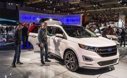 多伦多,加拿大- 2018-02-19 :访客2018在新的福特边缘体育SUV旁边的加拿大国际AutoShow在 免版税库存照片