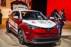 多伦多,加拿大- 2018-02-19 :访客2018在新的2018个C-HR旁边的加拿大国际AutoShow变紧密SUV  图库摄影