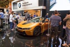 多伦多,加拿大- 2018-02-19 :访客2018在BMW i8插座在杂种汽车附近的加拿大国际AutoShow 免版税库存照片