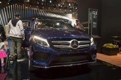 多伦多,加拿大- 2018-02-19 :访客2018在Th GLE优质SUV旁边的加拿大国际AutoShow显示的默西迪丝 免版税库存图片