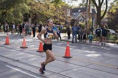 多伦多, ON/CANADA - 2017年10月22日:马拉松运动员凯瑟琳舞步 免版税库存照片