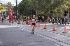 多伦多, ON/CANADA - 2017年10月22日:马拉松运动员凯瑟琳舞步 免版税库存图片