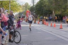 多伦多, ON/CANADA - 2017年10月22日:马拉松运动员安德鲁passin 免版税图库摄影