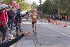 多伦多, ON/CANADA - 2017年10月22日:马拉松运动员通过 库存图片