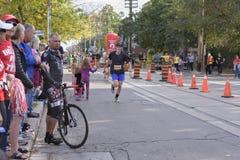 多伦多, ON/CANADA - 2017年10月22日:马拉松运动员通过 免版税库存照片