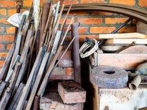 多余的工具在一个土气棚子 库存图片