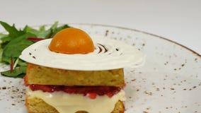 维多利亚与straberries、果酱和打好的奶油的松糕与在白色背景的一个被删去的片断 股票视频
