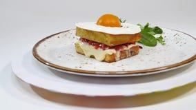 维多利亚与straberries、果酱和打好的奶油的松糕与在白色背景的一个被删去的片断 影视素材