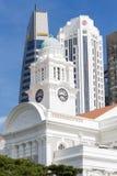 维多利亚剧院&音乐堂塔时钟在新加坡 免版税库存照片