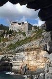多利亚城堡通过Portovenere的一个拱道 库存图片
