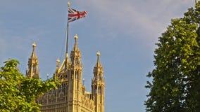 维多利亚塔在威斯敏斯特,英国旗子 影视素材