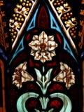 维多利亚女王时代显示白花和装饰细节的污迹玻璃窗细节  免版税库存图片